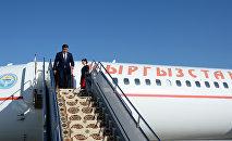 Президент Сооронбай Жээнбеков выходит с борта №1 во время государственного визита в Ашхабад. Архивное фото