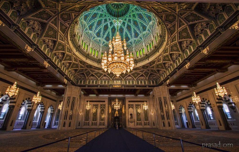 Омандагы эң негизги Султан Кабус мечити. Аны куруу иштери 1995-жылы башталып алты жылга созулган