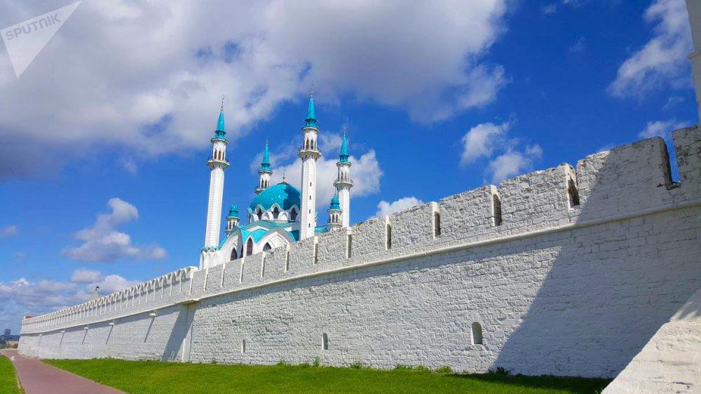 Татарстандагы борбордук Кул Шариф мечитинин курулушу 1996-жылы башталган. Ага 10 миңге чейин мусулман батат.