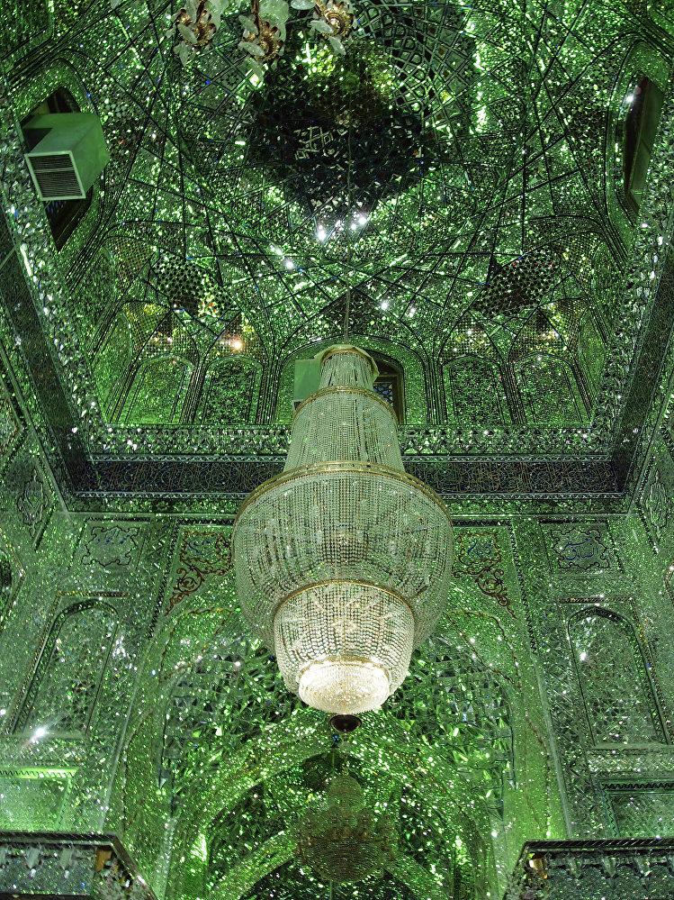Ирандагы Шах-Черах мечити XIV кылымда салынган. Ал жер шиит агымындагылардын зыярат кыла турган жайына айланган.