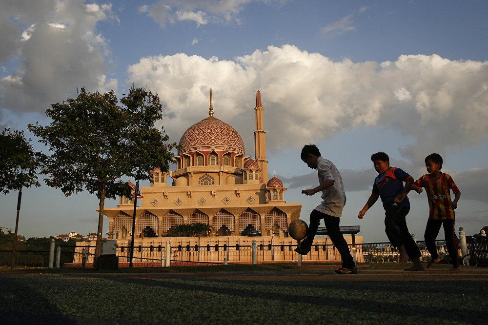 Малайзиянын борборунан 20 чакырым алыс жайгашкан суу сактагычтын жанындагы Путра мечити. 1999-жылы салынган, мечитке 15 миңге чейин адам батат.
