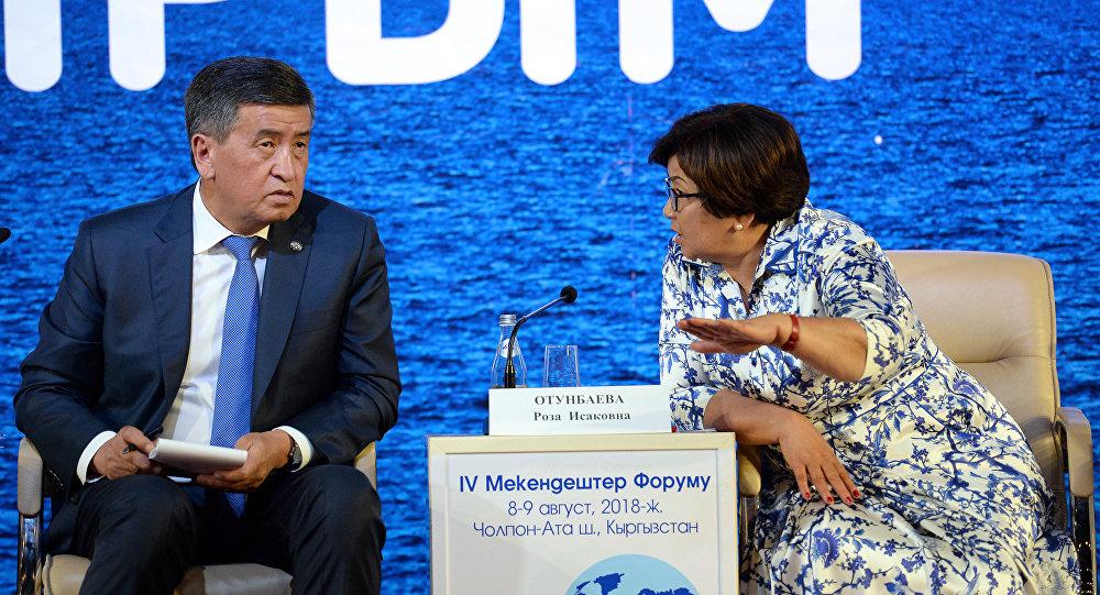 Архивное фото президента Кыргызской Республики Сооронбая Жээнбекова и экс-президента Розы Отунбаевой