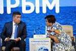 Экс-президент Роза Отунбаева жана өлкө башчысы Сооронбай Жээнбеков. Архивдик сүрөт