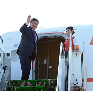Президент Сооронбай Жээнбеков учакта. Архивдик сүрөт