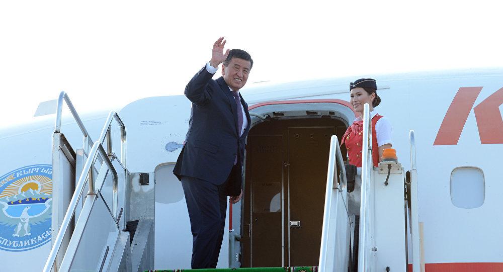 Архивное фото президента КР Сооронбая Жээнбекова перед вылетом с рабочим визитом. Архивное фото