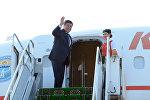 Президент КР Сооронбай Жээнбеков садится в самолет. Архивное фото