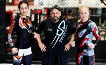 Чемпионка UFC в наилегчайшем весе Валентина Шевченко с тренером Павлом Федотовым и сестрой Антониной. Архивное фото