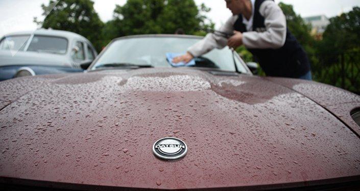 Мужчина моет стекло автомобиля. Архивное фото
