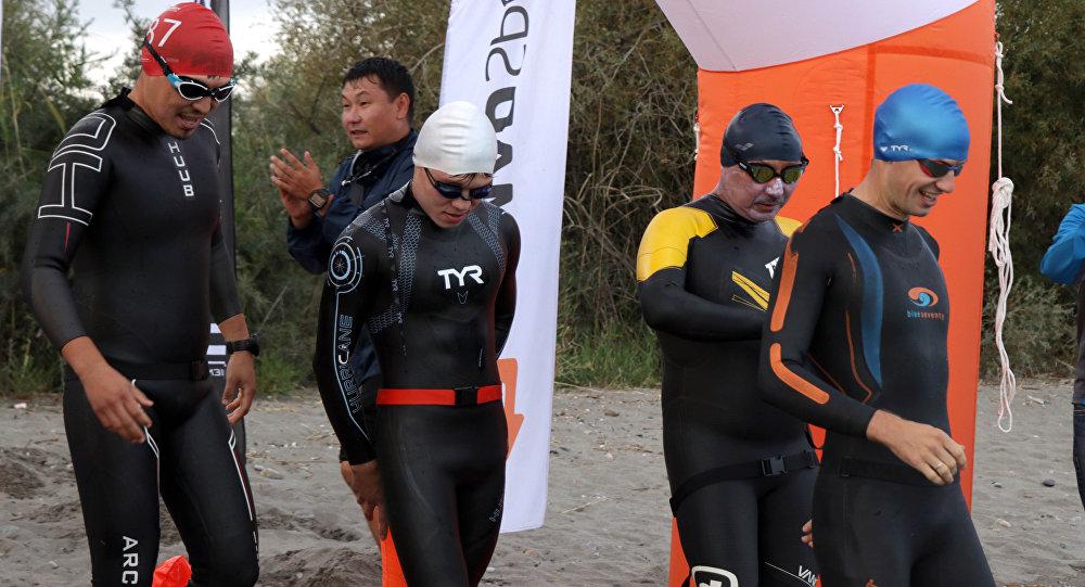 Участники заплыва Issyk-Kul Swim Challenge. Архивное фото