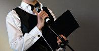 Микрофон кармаган киши. Архивдик сүрөт