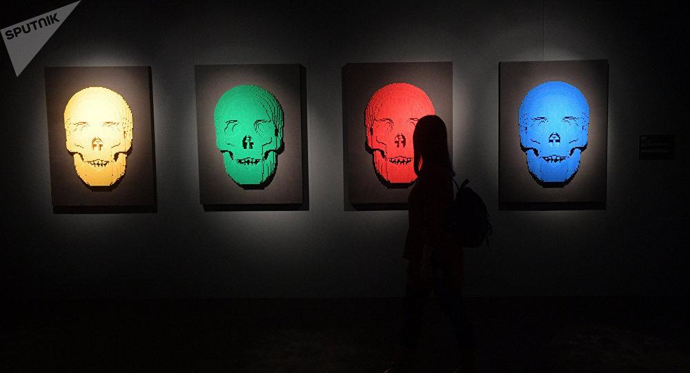 Фигуры человеческих черепов на выставке. Архивное фото