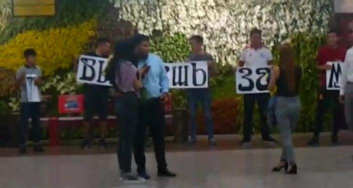 Как парень сделал предложение девушке в аэропорту Манас. Видео