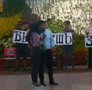 Манас аэропортунан сүйүктүүсүнүн колун сураган жигиттин видеосу