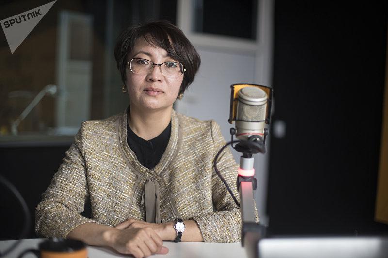 Национальный менеджер Программы финансирования устойчивой энергии в Кыргызстане Нурзат Абдырасулова во время интервью на радиостудии Sputnik Кыргызстан