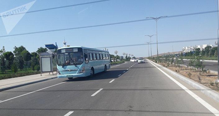 Аваза шаарында эл ташып бараткан автобус