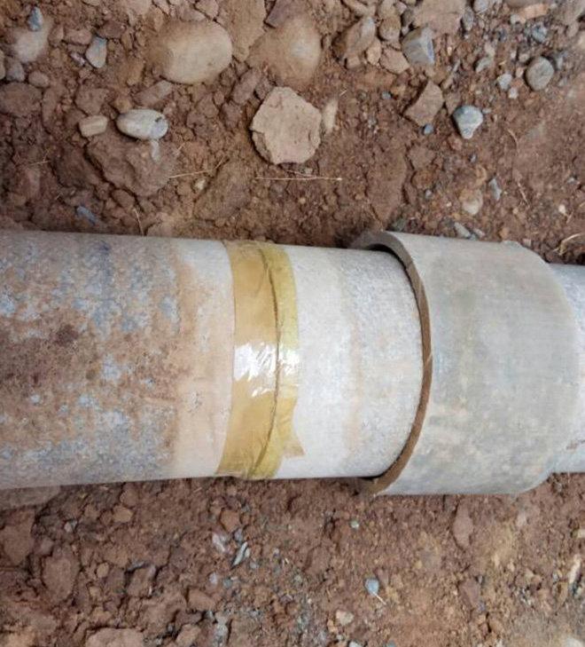 Обмотанная скотчем канализационная труба в новостройке Алтын-Ордо