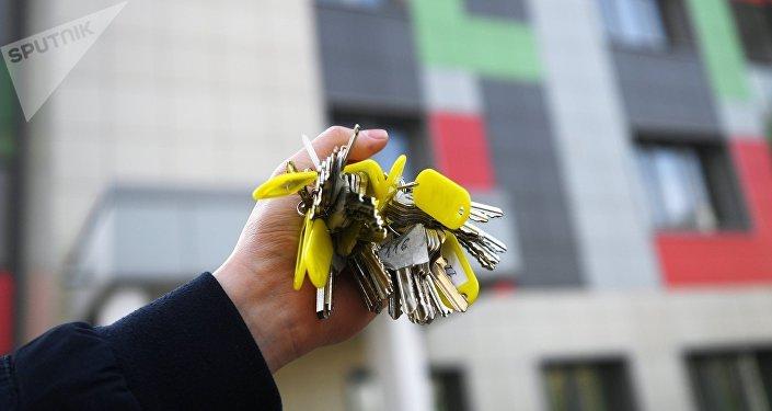 Связка ключей от квартир многоэтажного жилого дома. Архивное фото