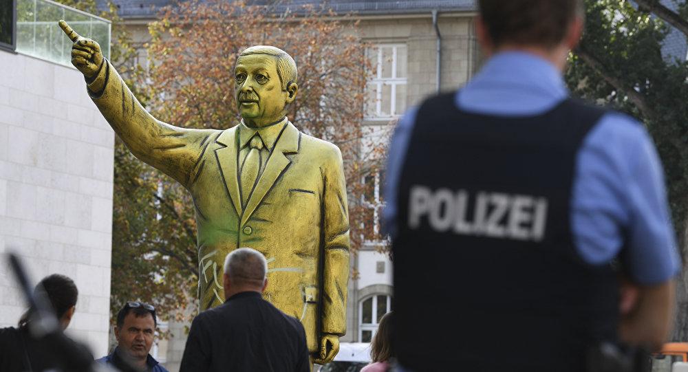 Золотая статуя президента Турции Тайипа Эрдогана появилась в немецком городе Висбаден, федеральная земля Гессен.