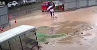 В Китае сестры едва не утонули в яме с водой, выкопанной строителями — видео