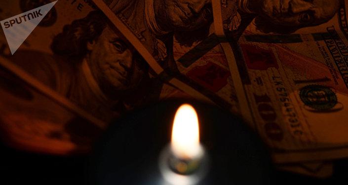 Доллары США и свечи. Архивное фото