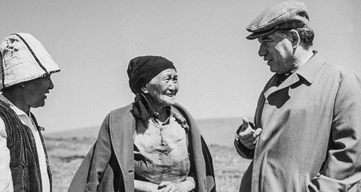 Чыңгыз Айтматов менен Алиман Жангорозова. Фудзиямадагы кадыр түндөн таберик сүрөт