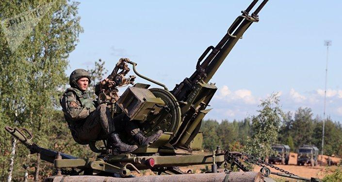 Военнослужащий армии России во время тактических учений. Архивное фото