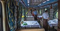 Официанты в ресторане в спецпоезде, который прибыл в Бишкек с туристами из 11 стран мира