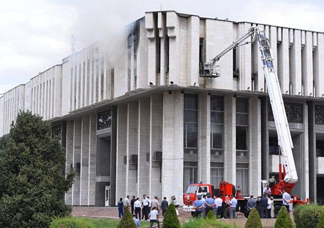 Сотрудники противопожарной службы и милиционеры на месте пожара в Национальной филармонии имени Токтогула Сатылганова в Бишкеке