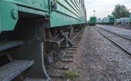 Поезда в железнодорожном вокзале Бишкека.