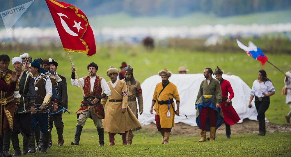Спортсмены из Турции во время национальных игр салбуруун в рамках Всемирных игр кочевников на джайлоо Кырчын. Архивное фото