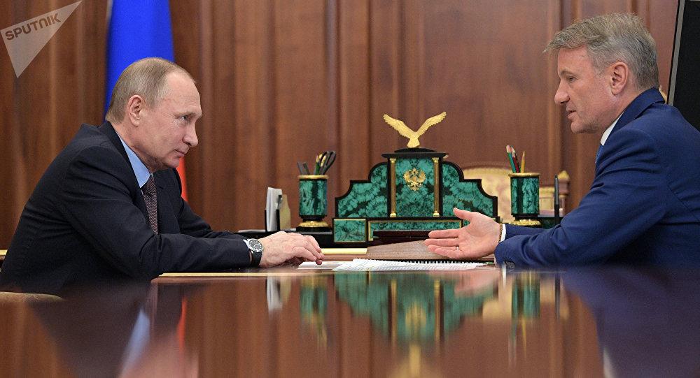 Архивное фото президента РФ Владимира Путина и президента, председателя правления Сбербанка России Германа Грефа