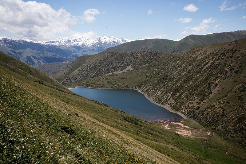Высокогорное озеро Беш-Таш в Таласской области