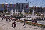 Молодые люди у фонтанов на площади Ала-Тоо в Бишкеке во время празднования 27-летия независимости Кыргызстана