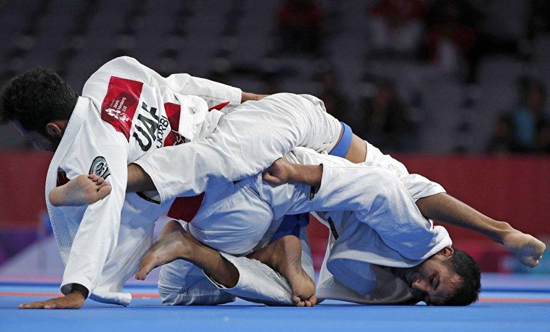 Спортсмены Талиб Алкирби из Объединенных Арабских Эмиратов и Торокан Багинбай Уулу во время финала по джиу-джитсу