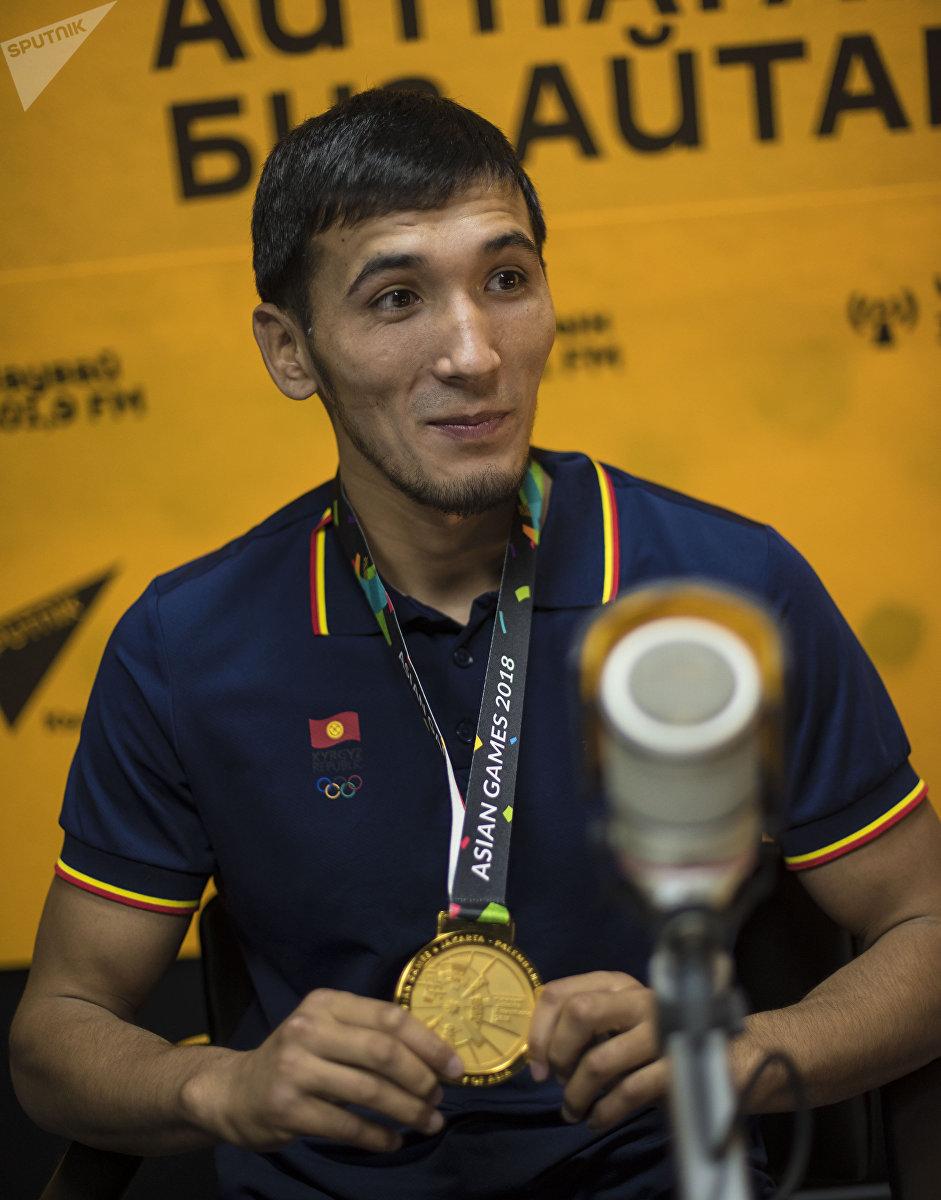 Кыргызстанский спортсмен Торохан Багынбай уулу, который завоевал золотую медаль по джиу-джитсу на Азиатских играх во время интервью