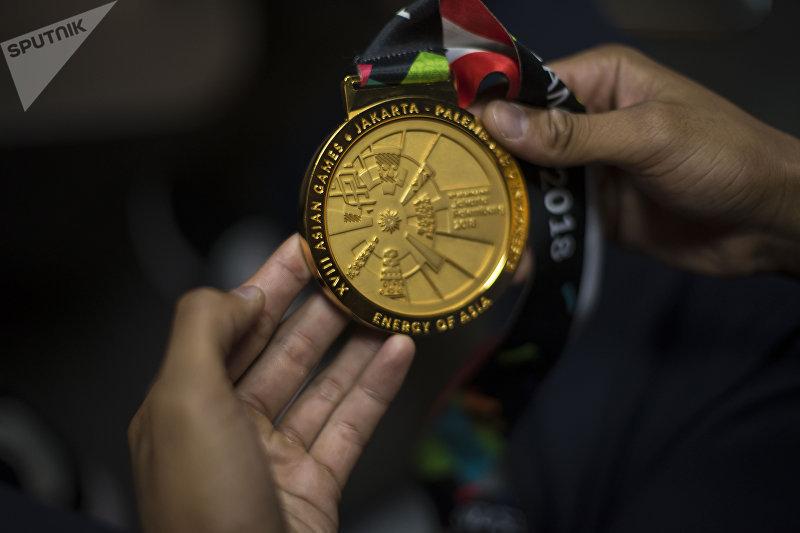 Золотая медаль кыргызстанского спортсмена Торохана Багынбая уулу, который выиграл турнирпо джиу-джитсу на Азиатских играх