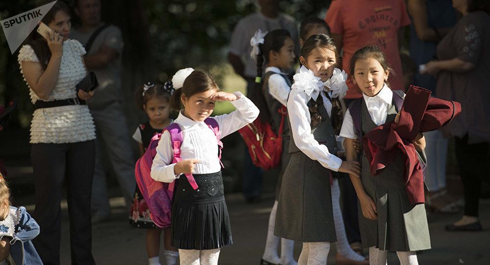 Школьницы на одной из улиц Бишкека. Архивное фото