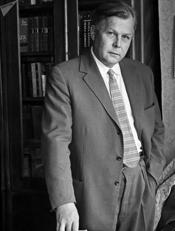 Советский писатель и поэт, главный редактор журнала Новый мир Александр Трифонович Твардовский.