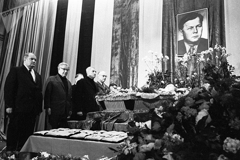 Писатели Сергей Михалков (справа) и Константин Симонов (2 справа) стоят у гроба поэта Александра Трифоновича Твардовского.
