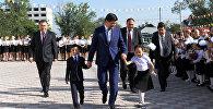 Премьер-министр Мухаммедкалый Абылгазиев Бишкек шаарындагы №25 орто мектептеги Билим күнүнө арналган салтанатка катышты