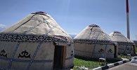 Ысык-Көл аэропортуна Дүйнөлүк көчмөндөр оюндарына келген конокторду тосуу үчүн үч боз үй тигилди