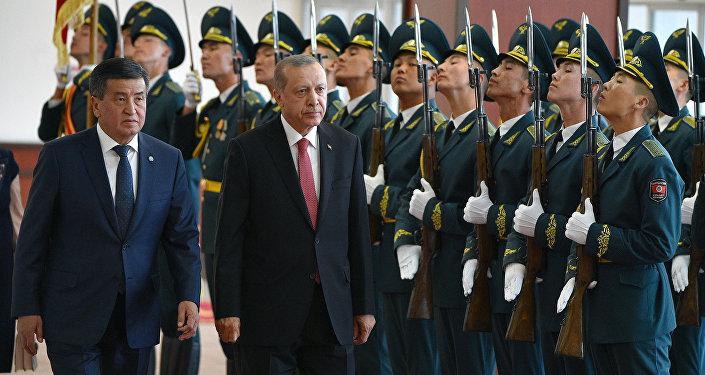 Манас эл аралык аэропортунда президент Сооронбай Жээнбеков менен Тайип Эрдогандын расмий жолугушуу аземи өттү.
