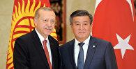 Мамлекет башчы Сооронбай Жээнбеков жана Түркиянын президенти Режеп Тайип Эрдоган. Архив