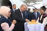 Ажайып гүлдөр жана боорсоктор. Жээнбековдун Эрдоганды тосуп алгандагы видеосу
