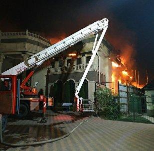 Под Бишкеком в селе Лебединовке горит кафе Арзу