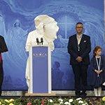 Рим папасы Франциск Ирландиядагы Нока храмында эл алдында сүйлөп жатат.