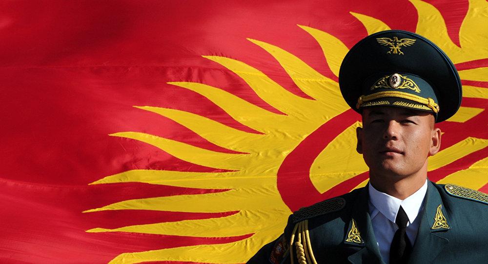 Кыргызстандын желегин көтөргөн жоокер. Архив