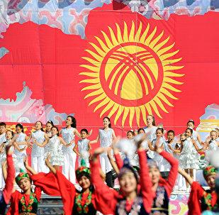Дети выступают на праздничном мероприятии на площади Ала-Тоо Бишкека в честь 27-летия независимости Кыргызстана