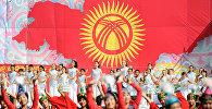 Дети выступают на праздничном мероприятии на площади Ала-Тоо Бишкека в честь 27-летия независимости Кыргызстана. Архивное фото