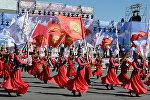 Девушки в национальных костюмах выступают на праздничном мероприятии на площади Ала-Тоо. Архивное фото